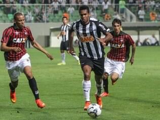 Jô vive um jejum de gols com a camisa do Atlético - aumentado após não marcar diante do Furacão