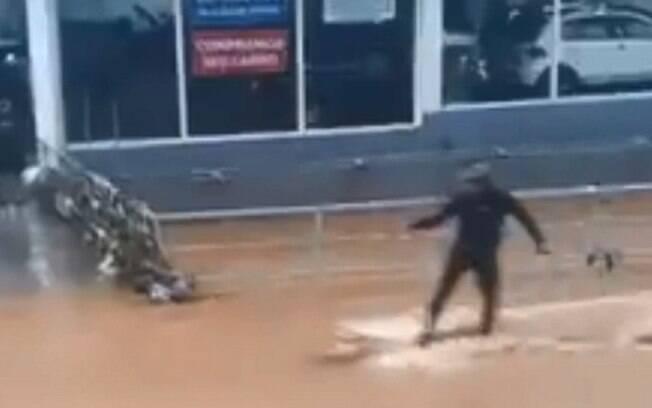 Homem foi flagrado por moradores 'surfando' em enchente de Petrópolis, no Rio.