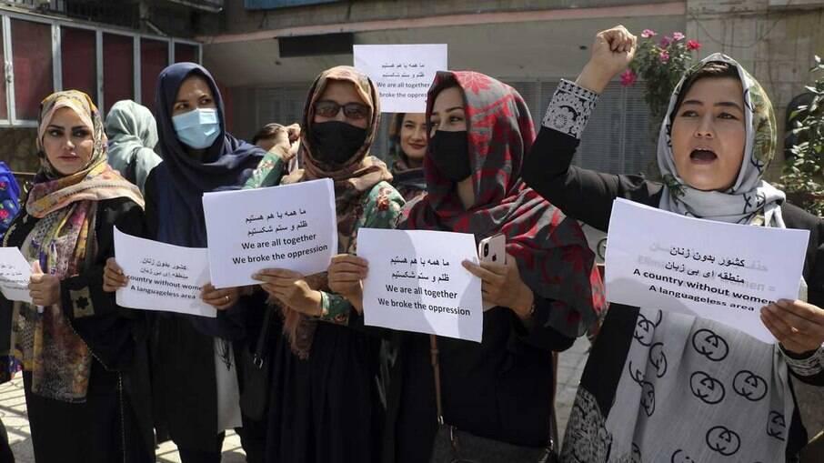 Talibã encerra a tiros ato de mulheres que pediam direitos iguais no Afeganistão