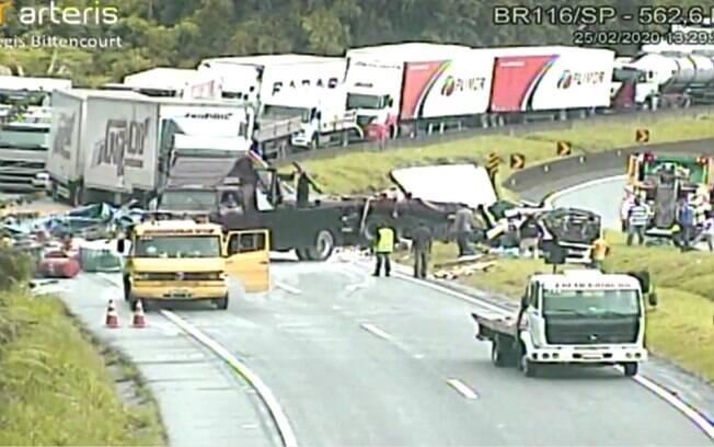 Rodovia interditada após acidente com carreta carregada de líquidos