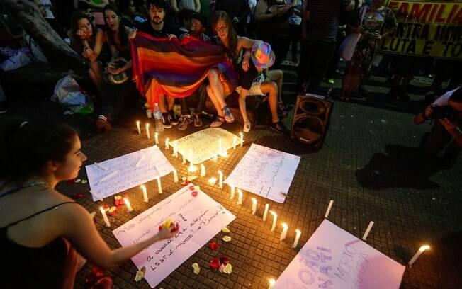 Larte durante ato público em memória do jovem João Antônio Donati, pela criminalização da Homofobia, no Largo do Arouche, em São Paulo (SP), na noite deste sábado (13)