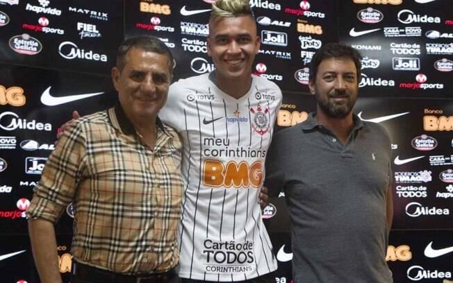 Cantillo é apresentado no Corinthians