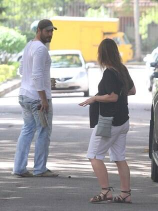 Vanessa Lóes e Thiago Lacerda passeiam com os filhos