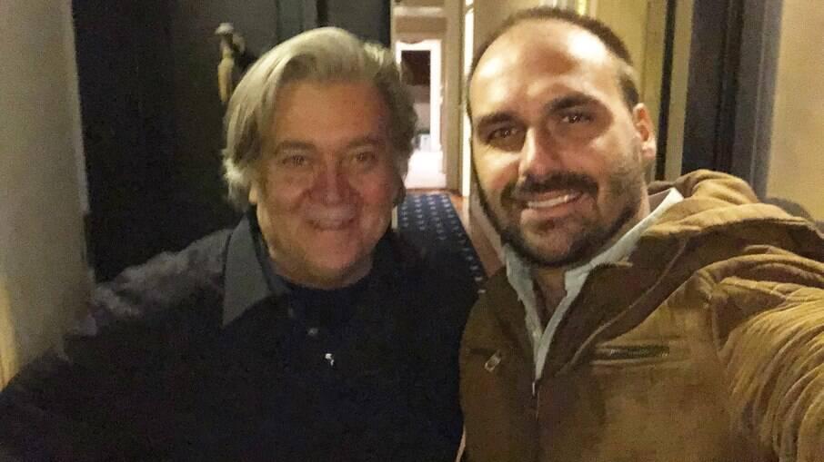 Eduardo Bolsonaro e Steve Bannon, ideólogo de Trump