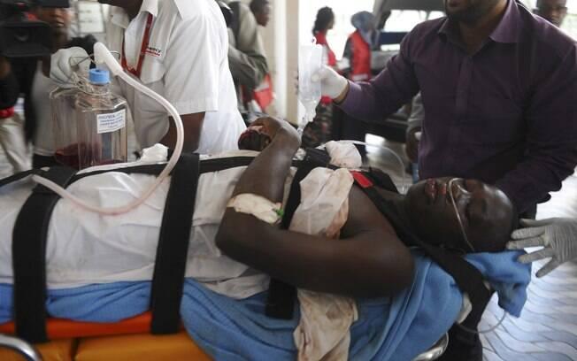 Médicos ajudam ferido no hospital nacional Kenyatta em Nairobi, Quênia