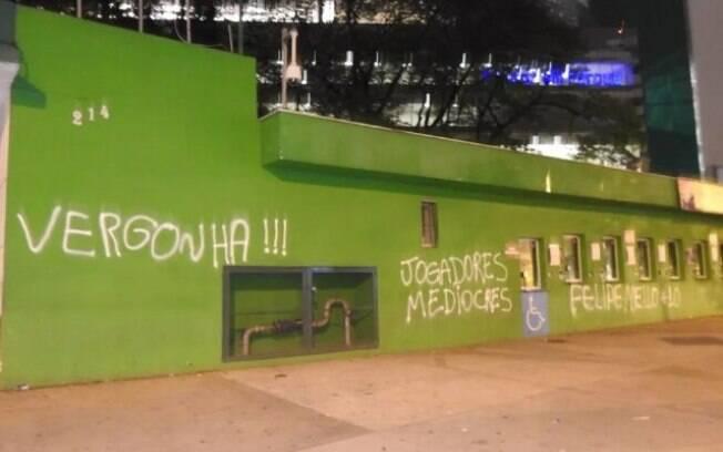 Após derrota para o Vitória, muro do Palmeiras amanheceu pichado
