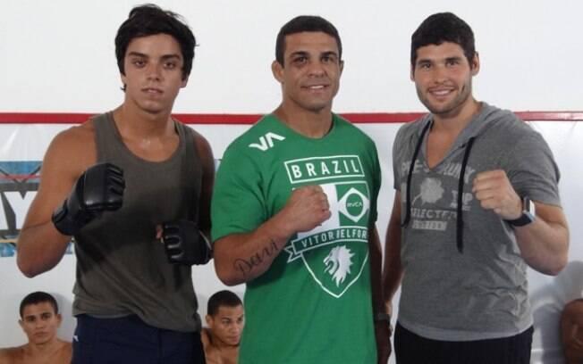 Vitor Belfort entre Rodrigo Simas e Dudu Azevedo
