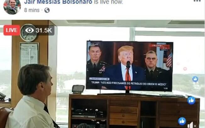 Bolsonaro assistindo declaração de Trump