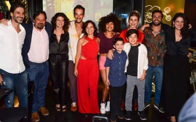 Elenco da série de reúne para assistir episódio na nova temporada