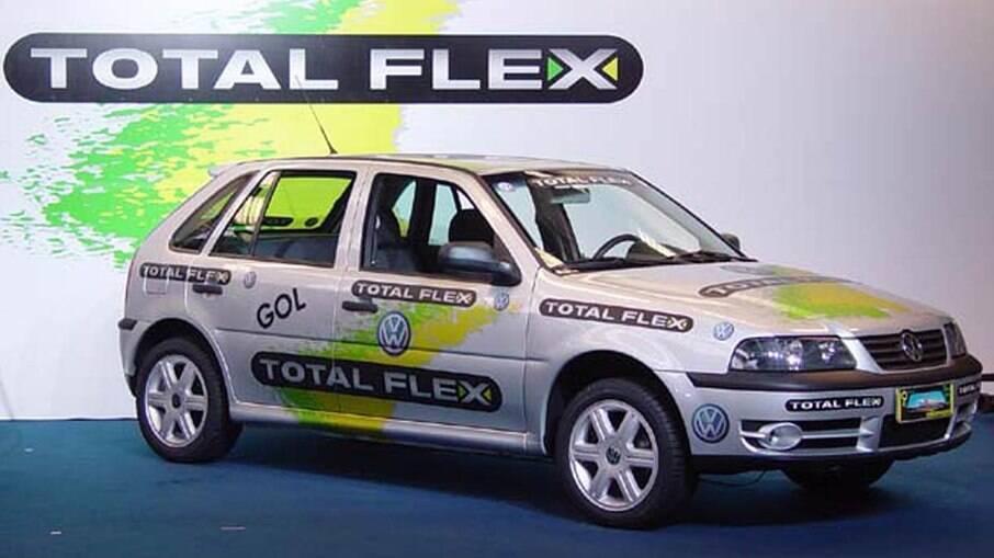 Volkswagen Gol Total Flex, o primeiro modelo bicombustível do Brasil, apresentado há 18 anos