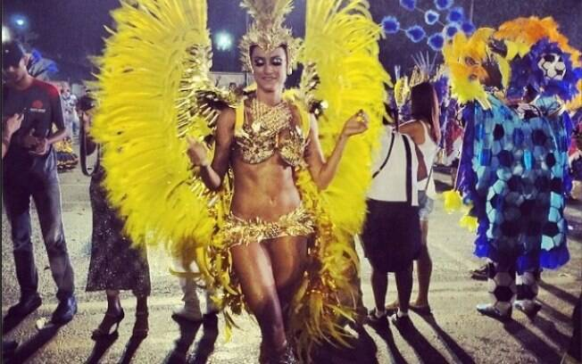 Thaila Ayala faz sua estreia na avenida no desfle da Gaviões
