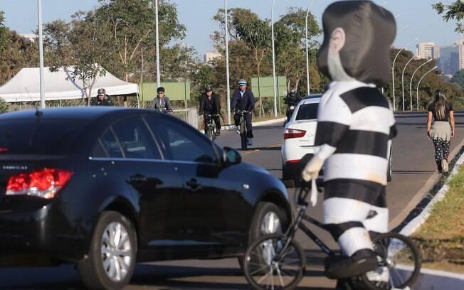 Em seu passeio matinal de bicicleta, a presidente afastada foi surpreendida por um manifestante