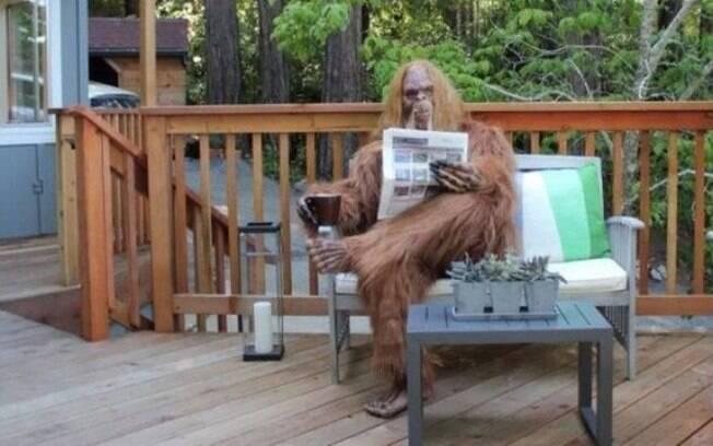 'Pé Grande' lê no deck da casa de R$ 5,5 milhões