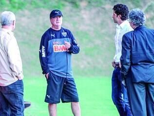 De olho! Com a presença de membros da diretoria, Levir Culpi não deu moleza aos jogadores no treinamento de ontem na Cidade do Galo