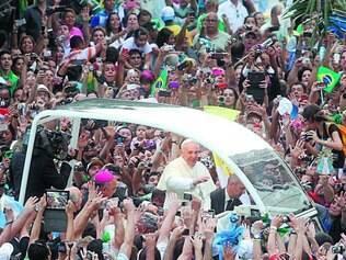 Carisma.Proximidade do papa Francisco com os fiéis não foi capaz de conter aumento dos protestantes