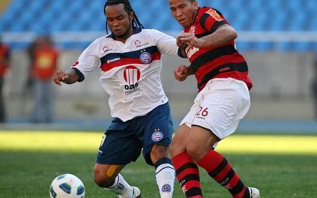 Jael disputa a bola com Carlos Alberto