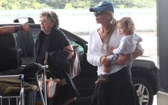 Adriane Galisteu chegou ao aeroporto internacional de São Paulo acompanhada da mãe dona Ema, do filho Vittorio e de uma babá