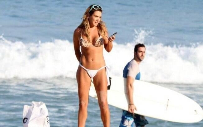 Luize Altenhofen curte praia do Leblon, no Rio, nesta segunda-feira (20)