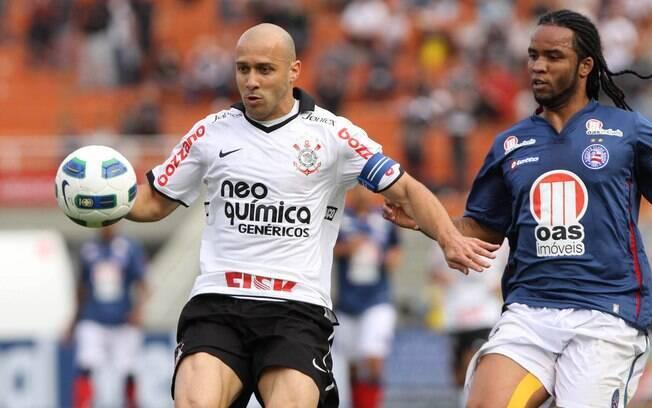 Seguido por Carlos Alberto, Alessandro se  prepara para dominar a bola