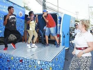 Do morro. A ministra Marta Suplicy observa jovens na entrada da comunidade do Vidigal, no Rio, fazerem uma apresentação em um palco adaptado em uma van
