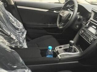 Interior do Civic 1.0 Turbo revela detalhes como a alavanca do câmbio manual e o acabamento mais simples do que de outras versões