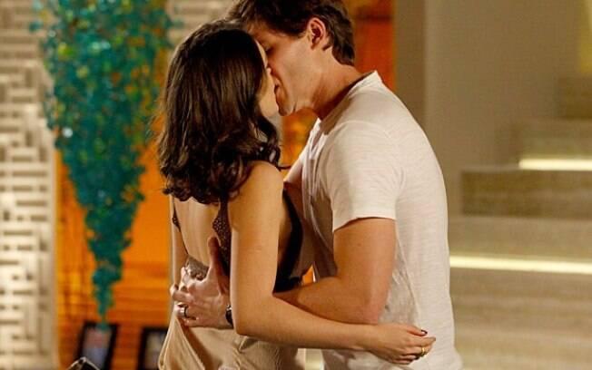 Conrado beija Cida na mansão