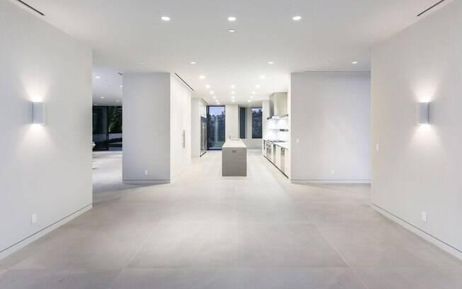 Conforme mostram as fotos, a casa tem quase todas as superfícies em tons claros de branco e cinza