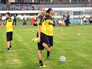 Tardelli e Ronaldinho se aquecem antes de último treino para o segundo amistoso do Galo na China