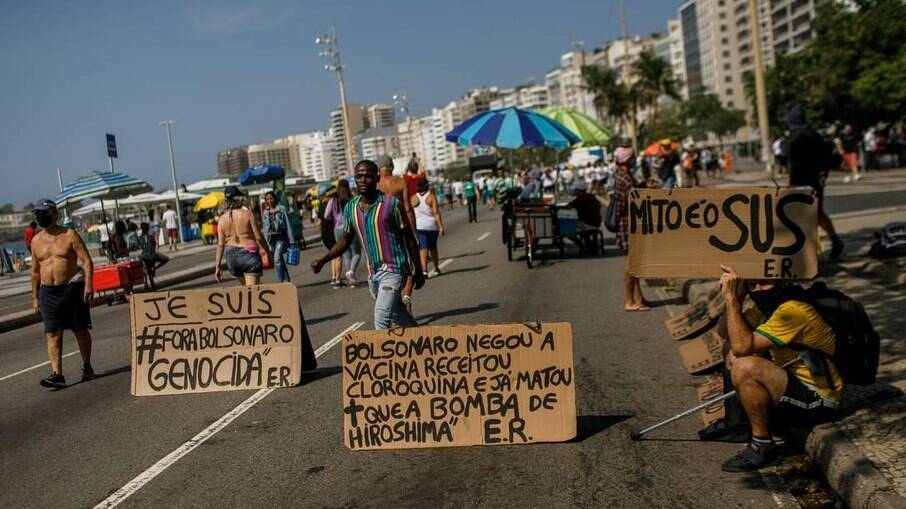 Mito é o SUS, diz faixa de manifestante em Copacabana