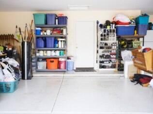 Caixas, prateleiras e armários ajudam a organizar a bagunça na garagem