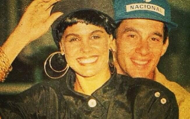 Monique Evans compartilhou uma foto antiga ao lado de Ayrton Senna
