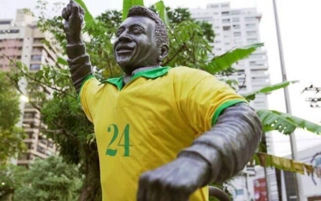 Estátua de Pelé com a camisa 24