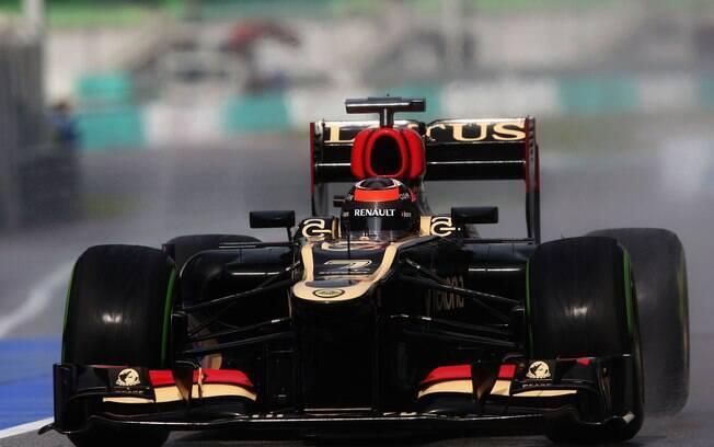 Kimi Räikkönen conduz sua Lotus no Circuito  de Sepang. Finlandês vai largar em sétimo