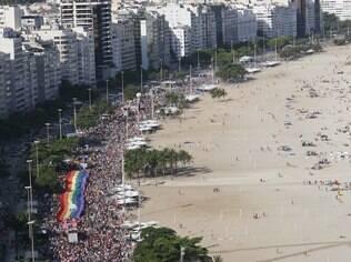 Parada LGBT do Rio coloriu a orla de Copacabana neste domingo (17)