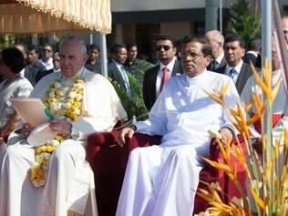 Papa Francisco e o presidente Maithripala Sirisena durante cerimônia de recepção do pontífice no Sri Lanka