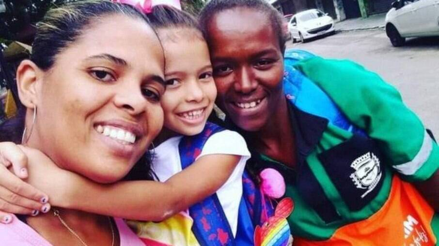 Carla Maria Geraldino, sua filha e a gari Ana Lúcia Eduardo Gomes, que devolveu o dinheiro