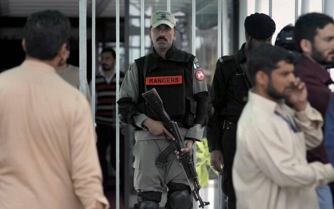 Soldado paramilitar paquistanês monta guarda na entrada principal do Parlamento durante sessão sobre a crise no Iêmen, no Paquistão