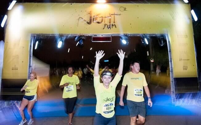 Atletas completam a linha de chegada da Night  Run