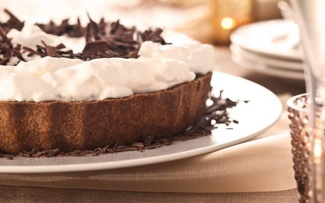 ilustração da torta gelada de chocolate com creme batido