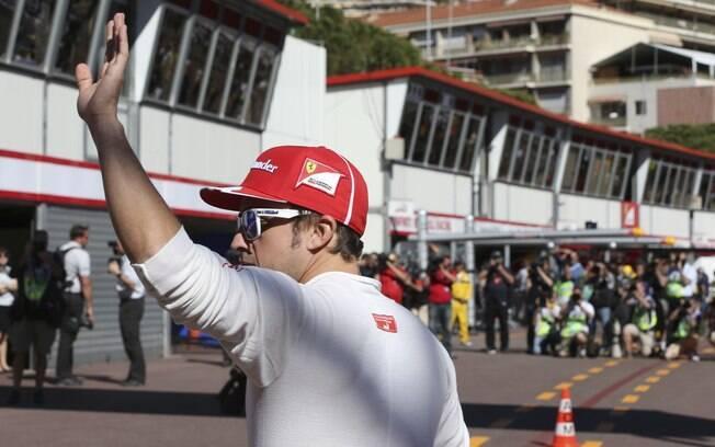 Alonso acena para os fãs na chegada ao  circuito de Mônaco. Ele foi o segundo tempo na  primeira sessão de treinos livres
