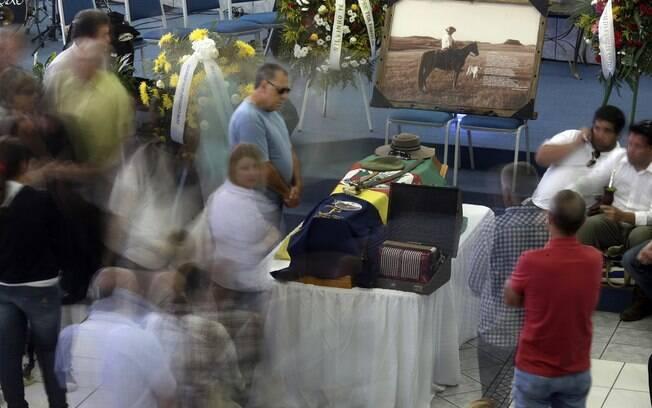 Familiares e amigos participam do sepultamento do estudante Silvio Beuren, em Santa Maria