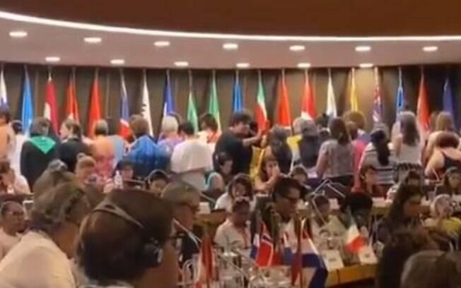 Mulheres ficaram de costas para Damares durante discurso