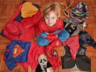 Théo entre suas fantasias: a favorita é do Homem Aranha