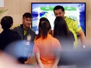 Fred e Neymar posam para fotos com representantes dos patrocinadores da seleção brasileira