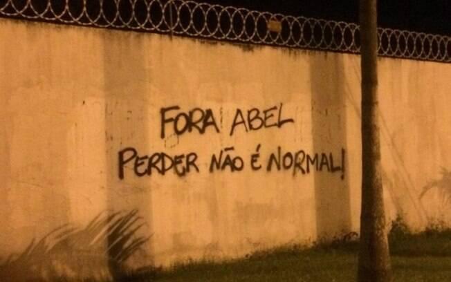 Muro do Flamengo na Gávea é pichado com o pedido de
