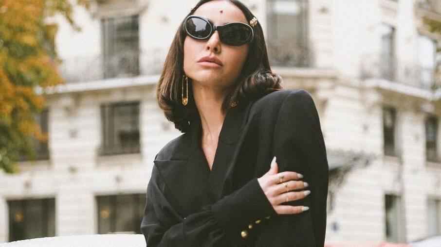 Sabrina Sato exibe look estiloso pelas ruas de Paris