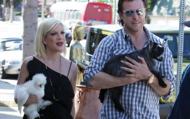 Tori Spelling e seu marido com seus bichinhos nada convencionais