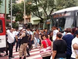Ônibus da linha 66 atropelou duas pessoas na avenida Paraná
