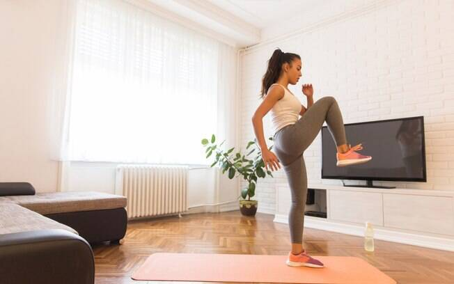 Apostar no treino em casa é a melhor solução para se manter em forma durante o isolamento social por causa da pandemia do novo coronavírus