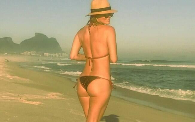 Christine Fernandes deixa seguidores babando ao exibir corpão em clique de biquíni